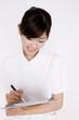 問診表を書く看護師女性