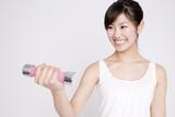 Fototapety ダンベルを持ち上げる女性