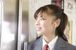 電車内で音楽を聴く女子高生