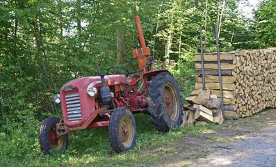 Vieux tracteur en foret, jura,vaud.