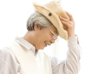 帽子を被る男性