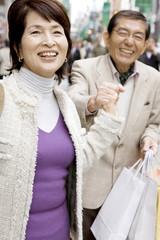 ショッピングを楽しむ夫婦