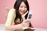 携帯電話をもつ女性