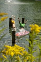 Jungen springen in den See