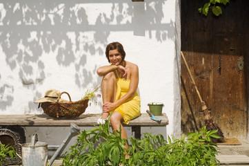 Junge Frau liegt entspannt auf einer Bank