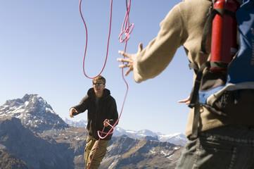 Österreich, Salzburger Land, Junges Paar mit einem Seil abgesichert