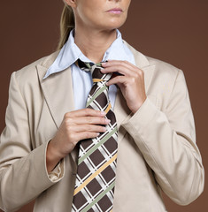 Geschäftsfrau in Anzug und Krawatte