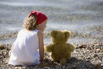 Deutschland, Bayern, Ammersee, kleines Mädchen spielt am Strand