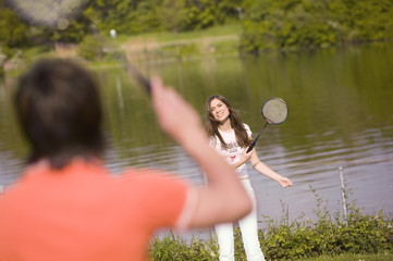 Junges Paar spielt Badminton