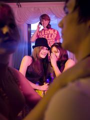 Junge Frauenflüstern und lästern auf Party