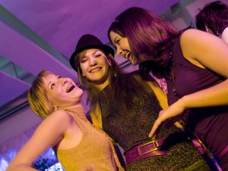 Drei Mädchen auf einer Party