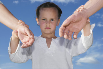 Tochter hält die Hände der Eltern