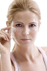 Frau entfernt Gesichtsmaske