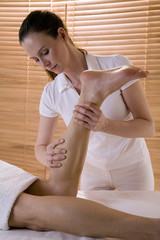 Wellness, Mann kriegt Beinmassage