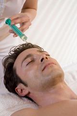 Mann lässt sich eine Botox-Injektion geben