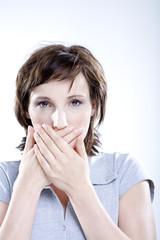 Frau, die Hände auf dem Mund