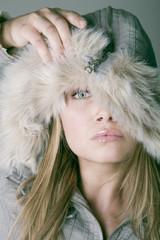 Frau, das Tragen Winter Mode, Portrait