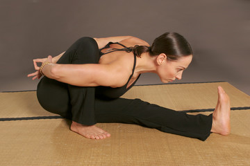 Frau Ausübung Yoga 'Marichyasana'