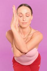 Frau Yoga Übung Adler