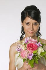 Junge Braut mit Blumen, close-up