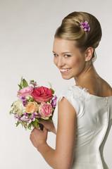 Junge Braut mit Brautstrauß