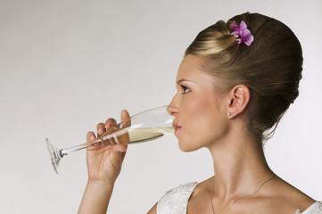 Junge Braut Champagner trinken, Seitenansicht, Portrait
