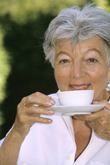 Frau, Seniorin trinken Kaffee, close-up