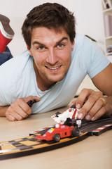 Mann spielen mit Spielzeugautos