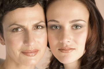 Reife Mutter und Tochter Köpfe zusammen, Nahaufnahme, Porträt