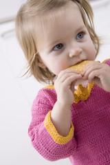 Baby Mädchen Essen Biskuit, Portrait