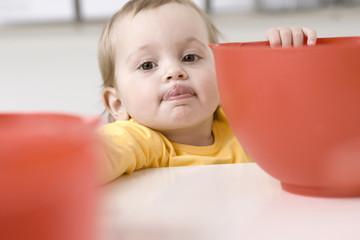 Baby Mädchen mit Schüssel