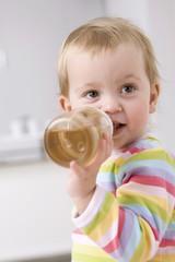 Baby Mädchen Tee trinken, Portrait