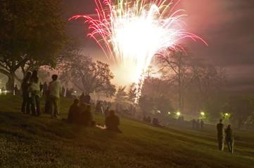 Menschen anschauen Feuerwerk