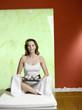 Frau sitzen auf dem Bett mit Tablett mit Schale, Portrait