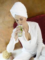 Frau sitzen auf Kissen, trinken Wasser, close-up