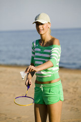 Frau jung spielen Badminton am Strand