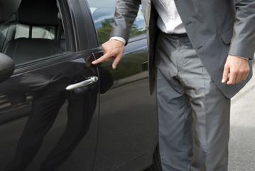 Geschäftsmann prüfen Auto, close-up,