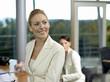 Junge Geschäftsfrauen im Büro, lächeln