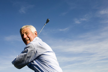 Senior Mann halten golfschläger Golf