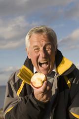 Senior Mann essen Apfel