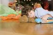 Junge Schlafen unter Weihnachtsbaum, mit Spielzeugauto