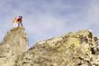 Junges Paar stehen auf Berggipfel,