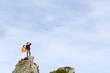 Junges Paar stehen auf Berggipfel, Wegschauen