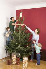Familie schmücken Weihnachtsbaum