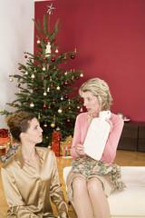 Mutter Empfangen Wärmflasche als Weihnachtsgeschenk von Tochter