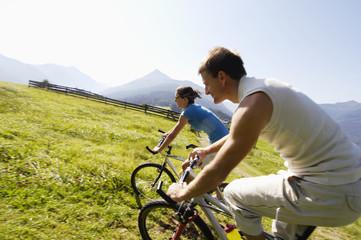 Paar fahrrad fahren