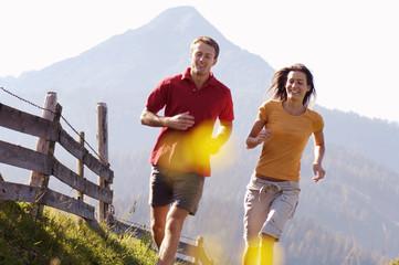Paar Joggen in den Bergen