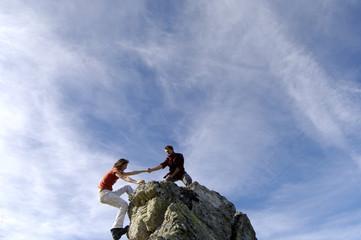 Paar steigen auf Gipfel Gipfelstürmer