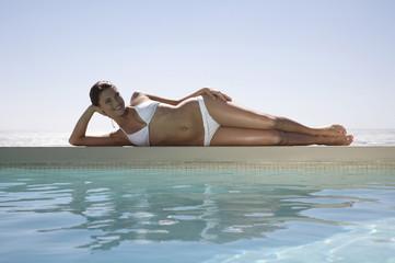 Frau, liegen am Schwimmbad