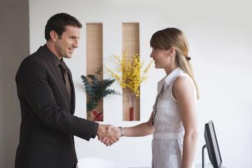 Geschäftsfrau Frau und Geschäftsmann Händeschütteln